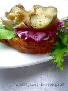 kanapka z kurczakiem i ogórkiem