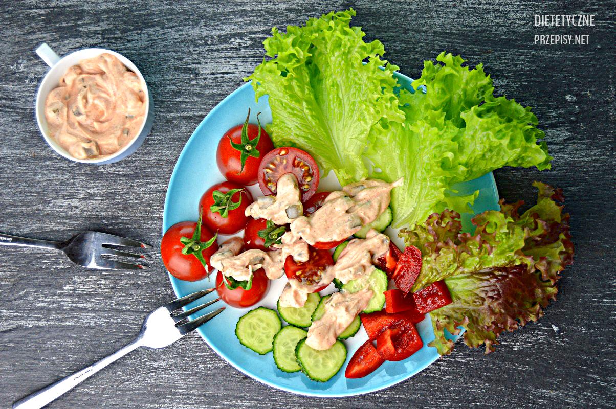 salatka-dietetyczna-z-pomidorkami-koktailowymi-i-sosem