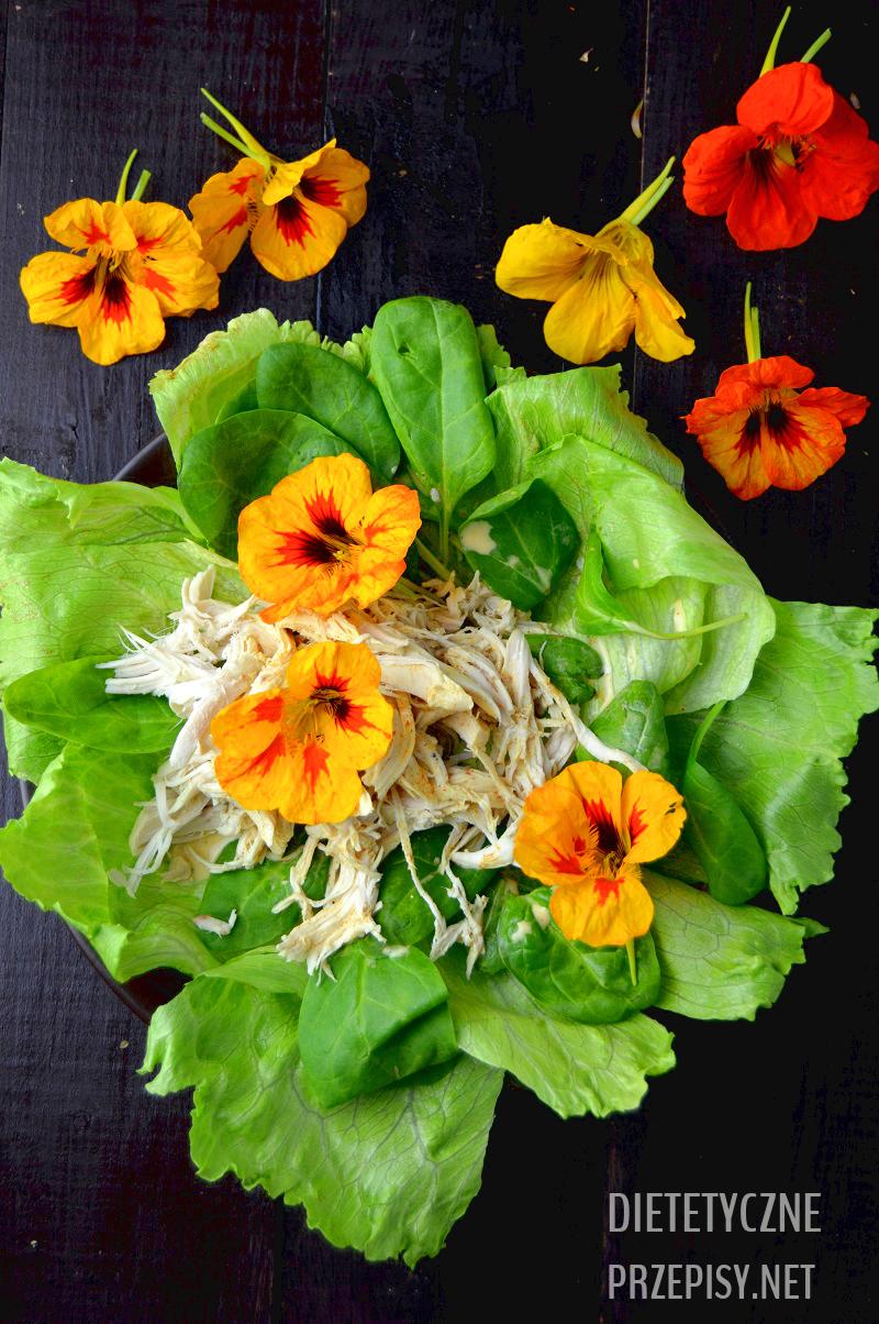 pikantna sałatka z kurczakiem i kwiatami nasturcji 120 kcal