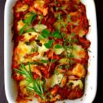 zdrowa zapiekanka ziemniaczana z cukinią pomidorami i mozzarellą