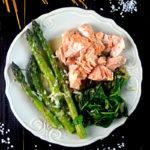 pyszny makaron ze szpinakiem łososiem i szparagami