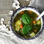 Wzmacniająca odporność zupa ze szpinakiem i czosnkiem