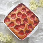 Jogurtowe ciasto z truskawkami i mąką owsianą