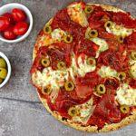 Ekspresowa fit pizza na tortilli z szynką i mozzarellą