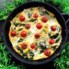 Śniadanie bogate w białko – frittata ze szpinakiem i pomidorkami